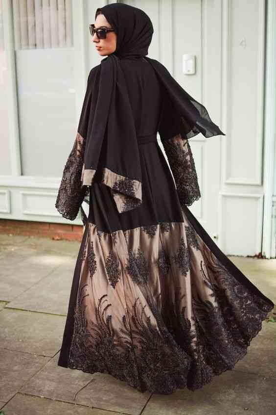 عبايات سواريه باللون الأسود