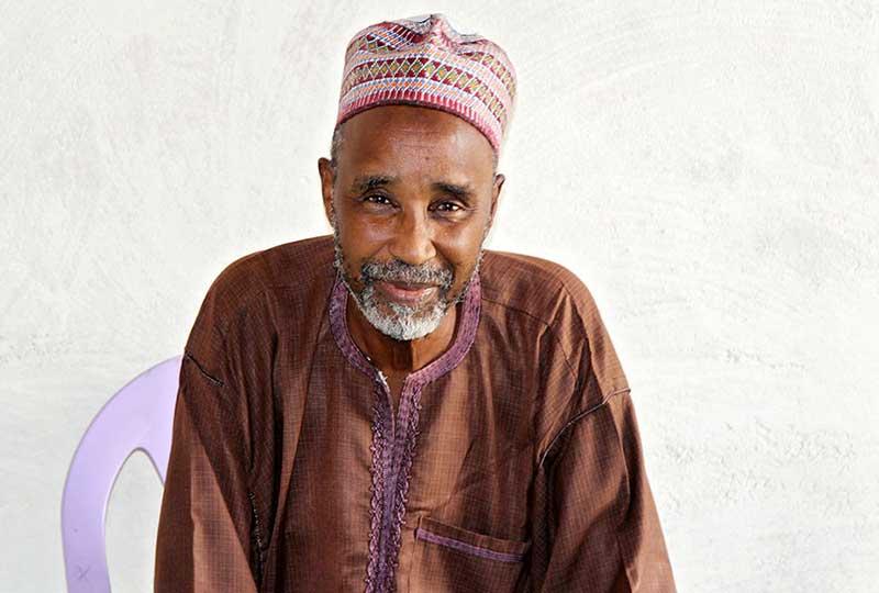 رجل يدعم نساء الكاميرون
