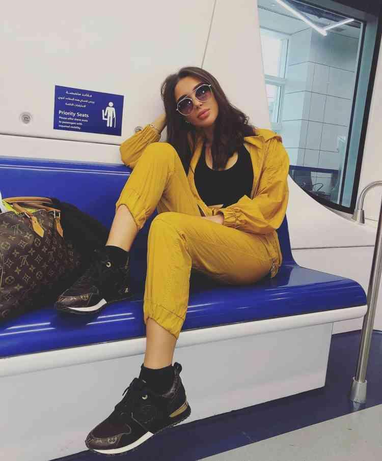 الفاشونيستا مرام زبيدة ببدلة صفراء
