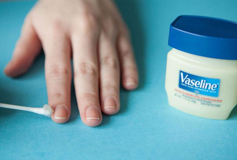 استخدام الفازلين في التخلص من الجلد الزائد حول الأظافر