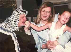 سهى عرفات وابنتها مع أبو عمار