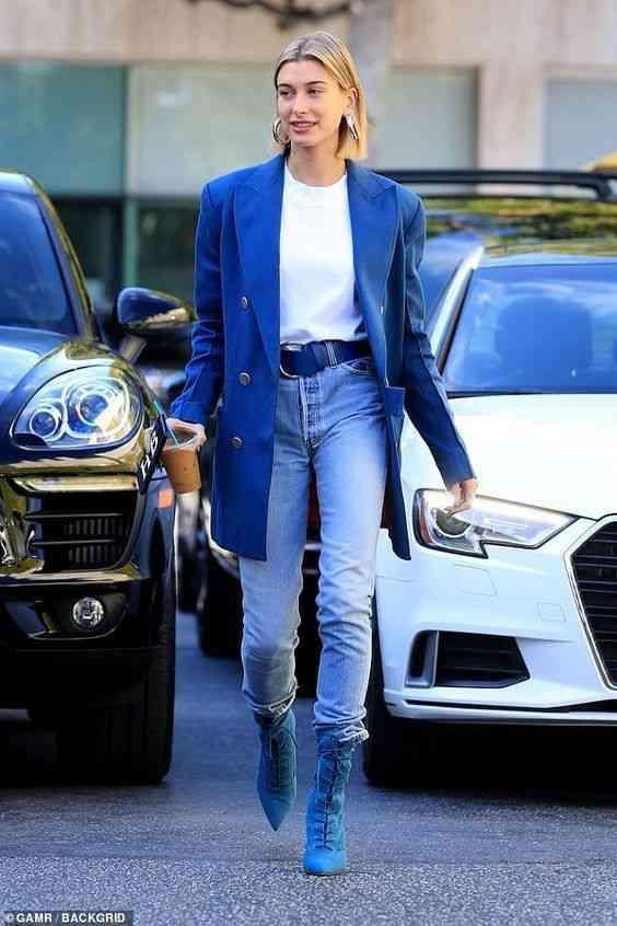 تنسيق اللون الأزرق في الملابس مع الأبيض