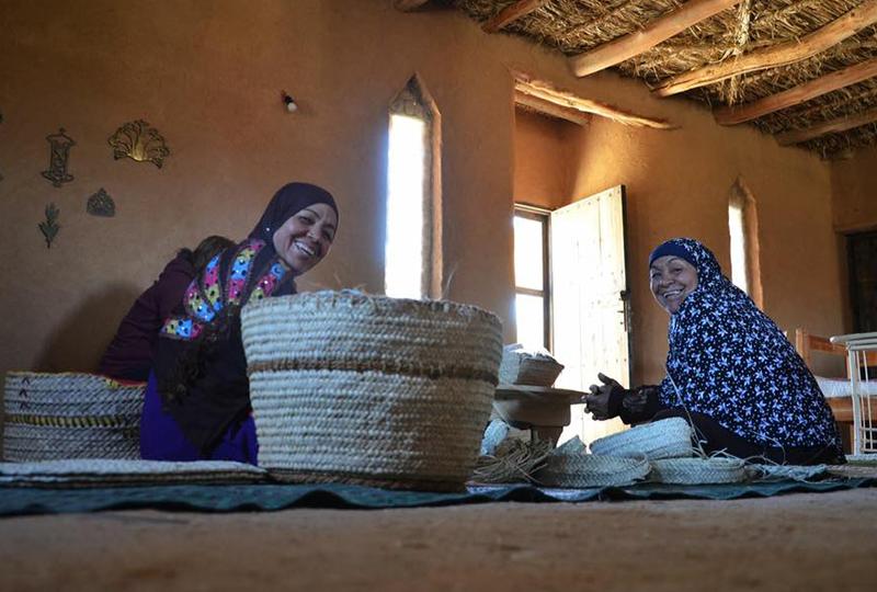 سيدات يصنعن منتجات من الخوص