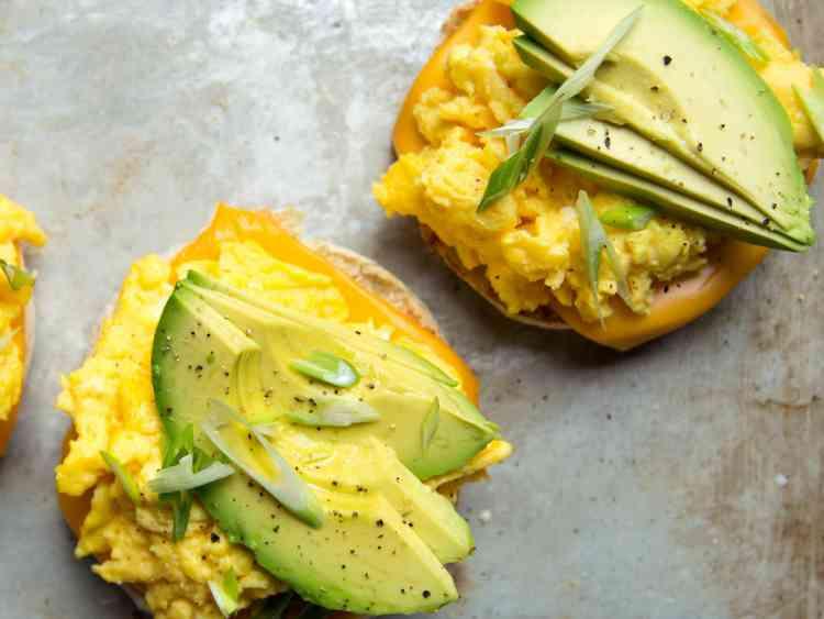أكلات صحية ساندوتش البيض والأفوكادو