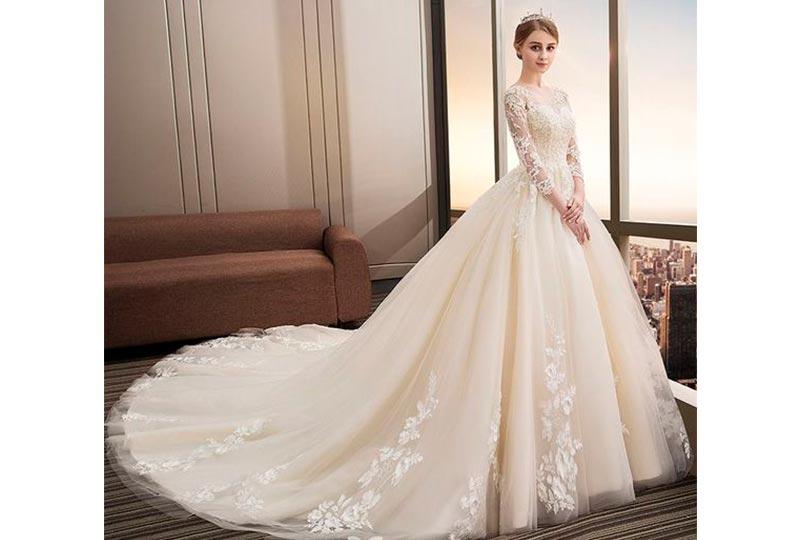 فستان زفاف بذيل