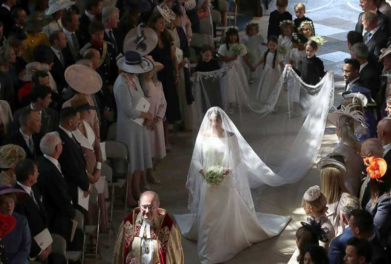 ميجان تدخل الكنيسة لاتمام الزفاف الملكي