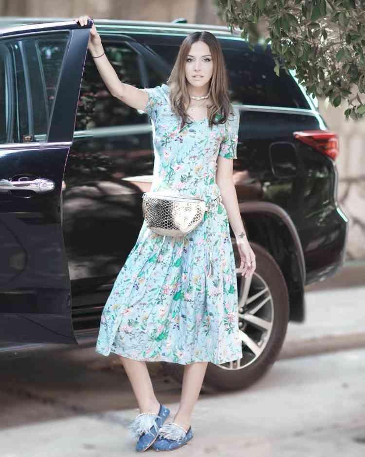 الفاشونيستا نورا أبو العيلة بفستان مطبوع بالورود