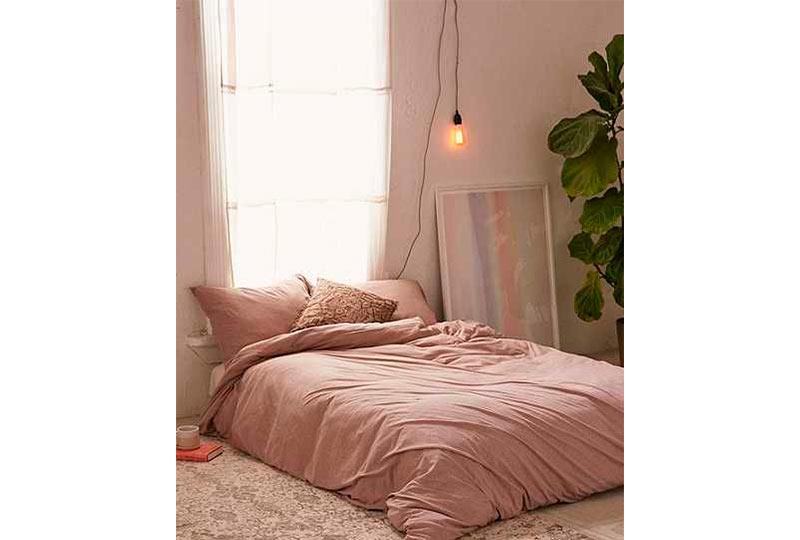 غرفة نوم بسيطة وعصرية