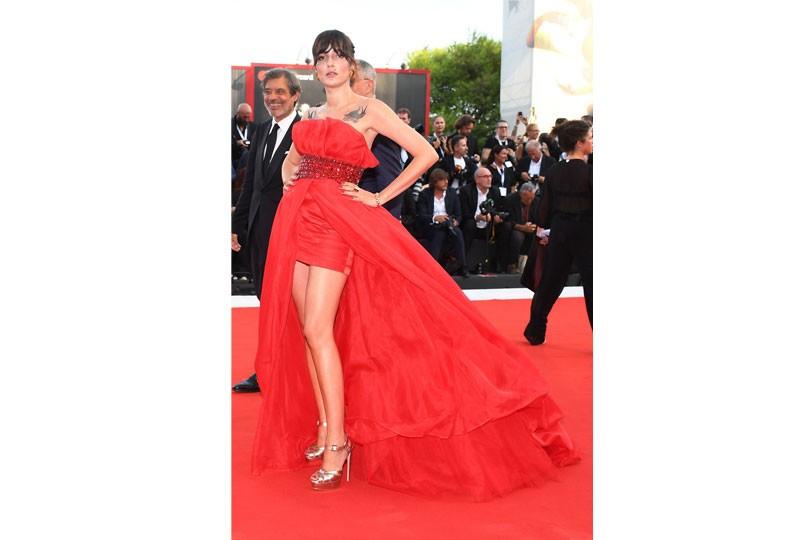 فستان أحمر بمهرجان فينيسيا السينمائي
