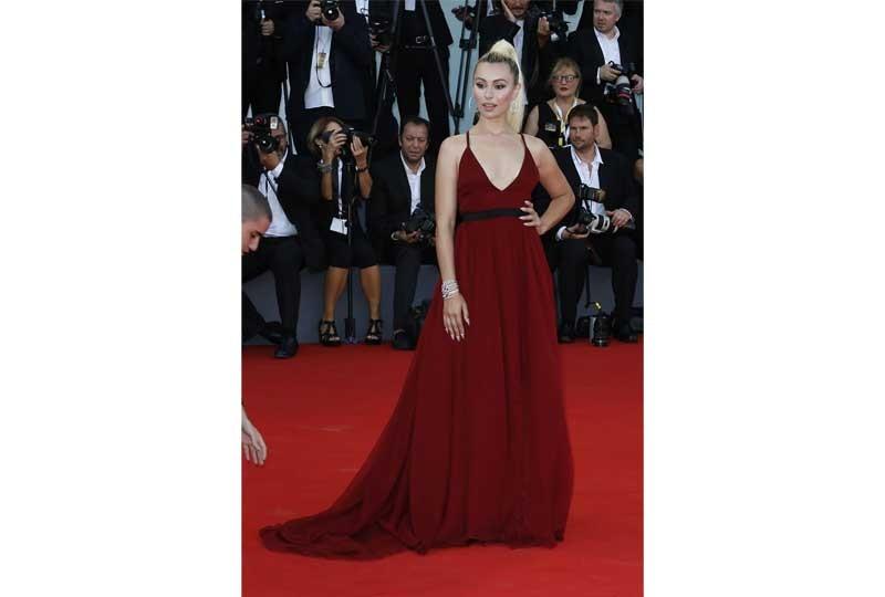 فستان أحمر غامق في مهرجان فينيسيا 2018