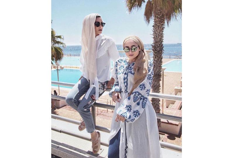 الأبيض دائما اختيار صحيح لإطلالة الحجاب على الشاطىء