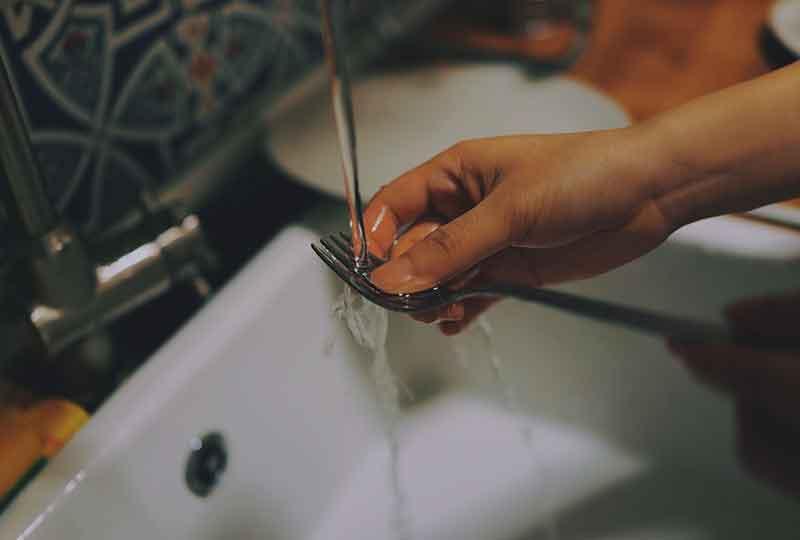 غسل اليدين باستمرار والتنظيف من أعراض الوسواس القهري