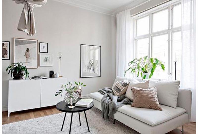 غرفة معيشة باللون الرمادي