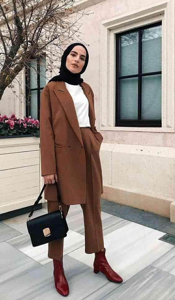 بدلة نسائية باللون البني للحجاب