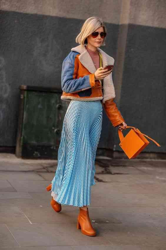 تنسيق اللون الأزرق في الملابس مع البرتقالي