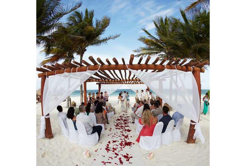 حفل زفاف على البحر