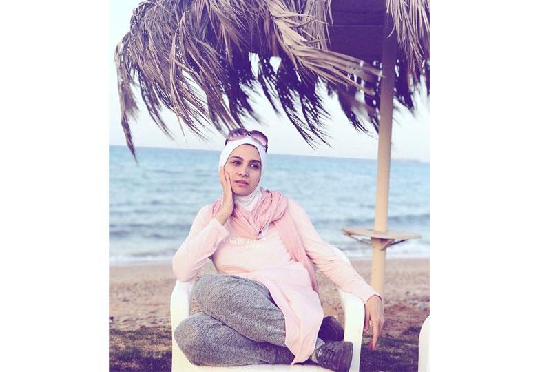 حنان ترك بلفة طرحة تناسب البحر