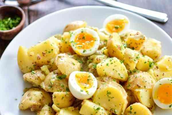 طريقة عمل البطاطس المسلوقة بالبيض