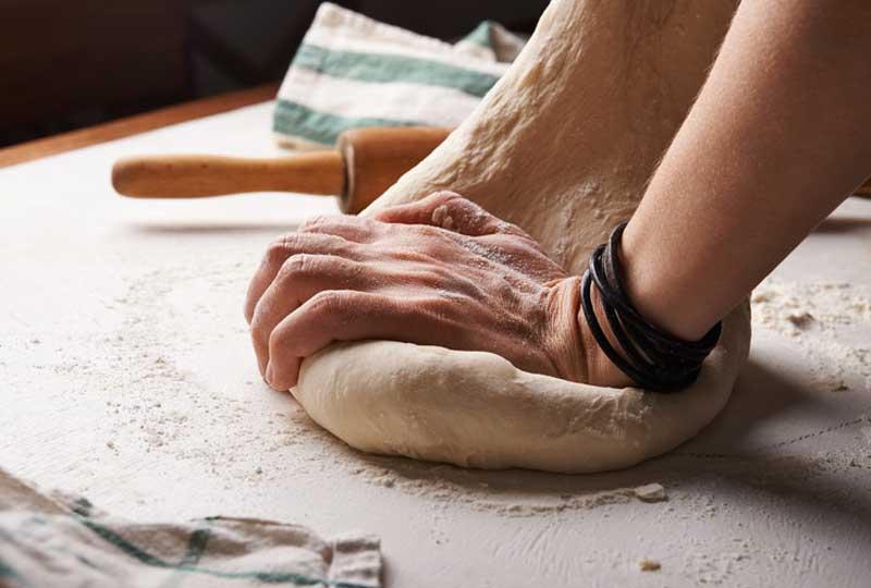 طريقة عمل عجينة البيتزا