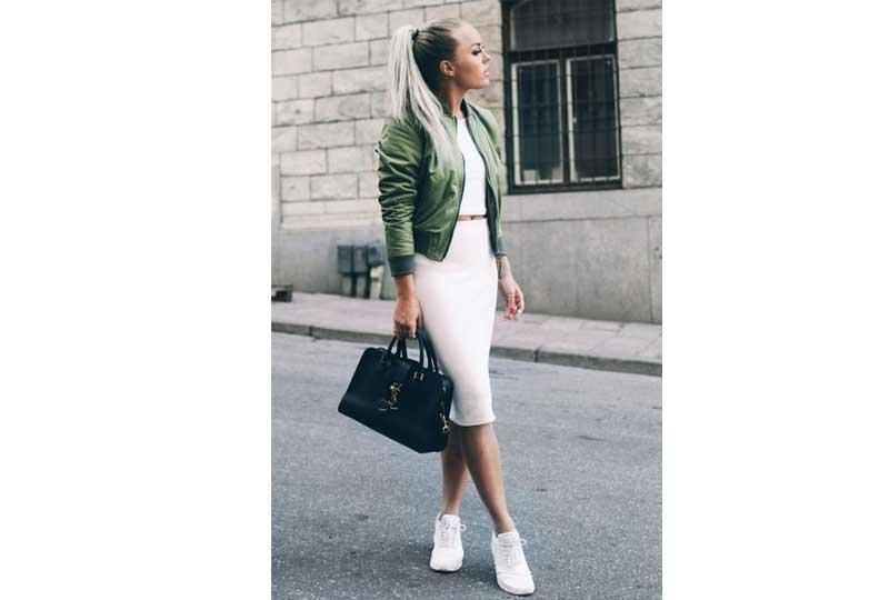 الأحذية الرياضية مع الفستان والجاكيت لإطلالة فورمال
