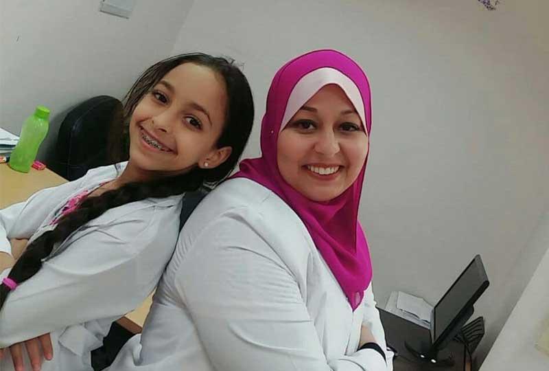 الدكتورة ندى وابنتها هنا