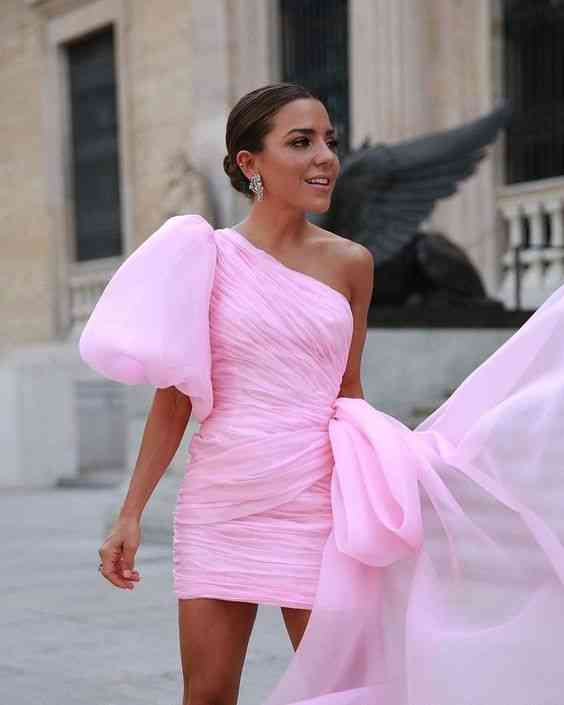 أنواع الفساتين فستان بكتف واحد بينك قصير