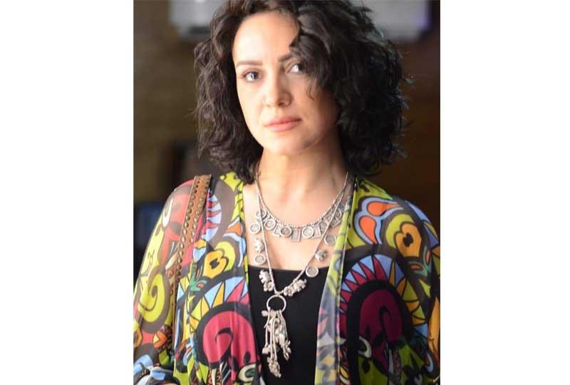 ريهام عبدالغفور بتسريحة شعر وإكسسوارات بوهيمية