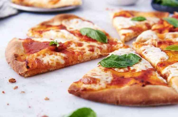طريقة عمل عجينة البيتزا الرقيقة
