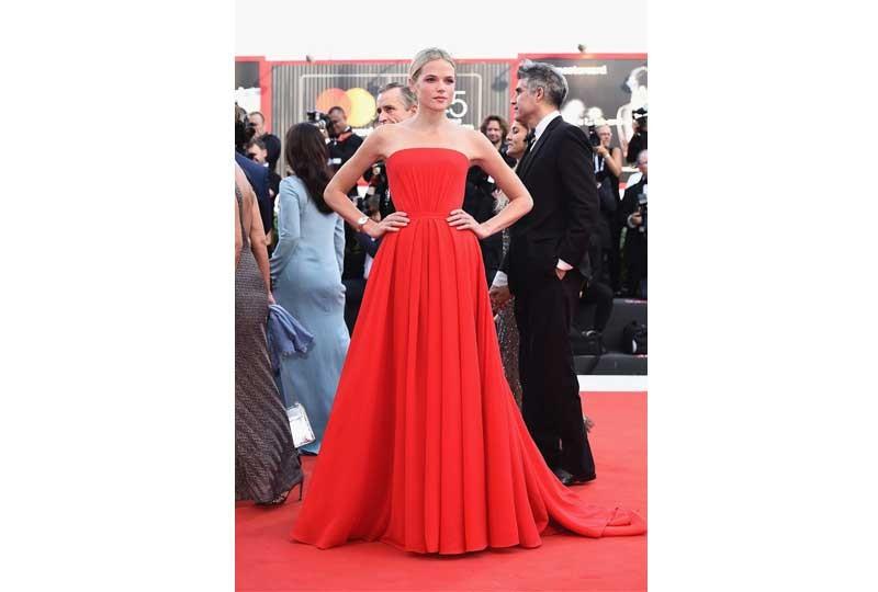 فستان أحمر منفوش بمهرجان فينيسيا 2018
