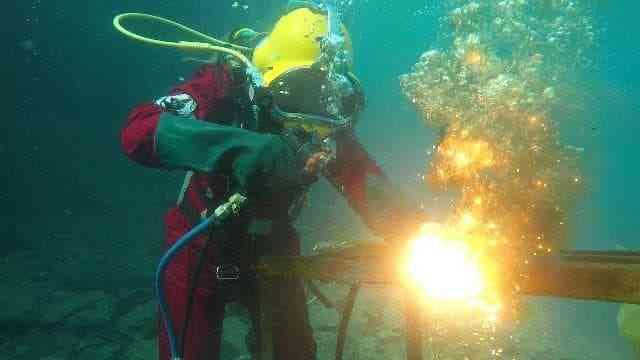 سومية زيدان اللحام تحت الماء