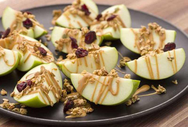 وجبات خفيفة للدايت التفاح مع زبدة الفول السوداني
