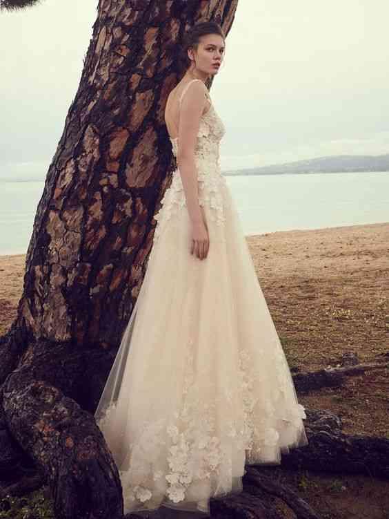 فساتين زفاف 2020 بالورود البارزة