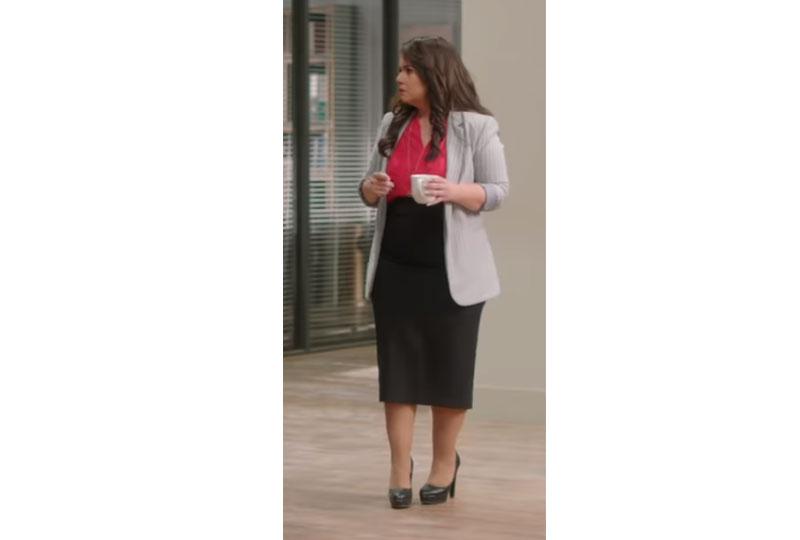 أزياء إنجي وجدان في مسلسل طلعت روحي بتنورة سوداء وبلوزة فوشيا
