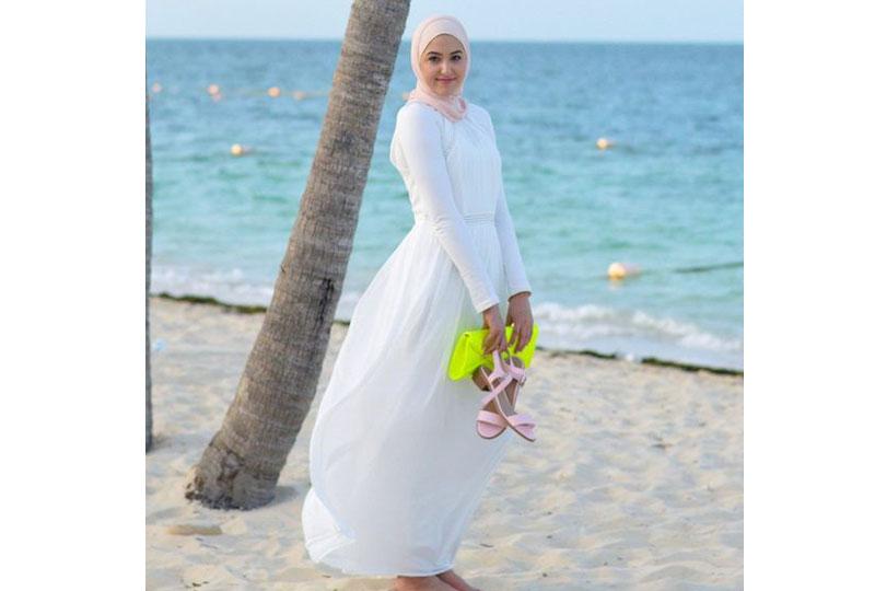 الفستان الأبيض لإطلالة مثالية على الشاطىء