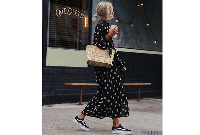 تنسيق الأحذية الرياضية مع الفساتين