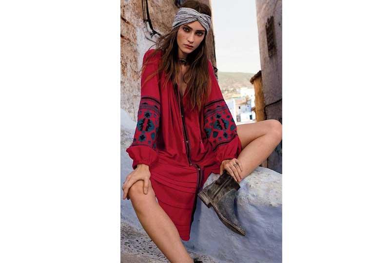 فستان قصير باللون الأحمر وأكمام واسعة