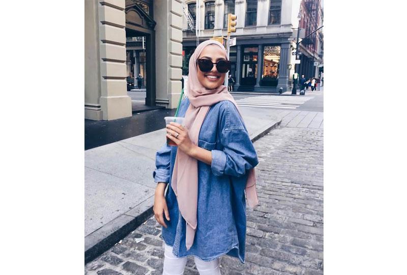 النظارة الشمسة إكسسوار مُميز مع الحجاب على الشاطىء