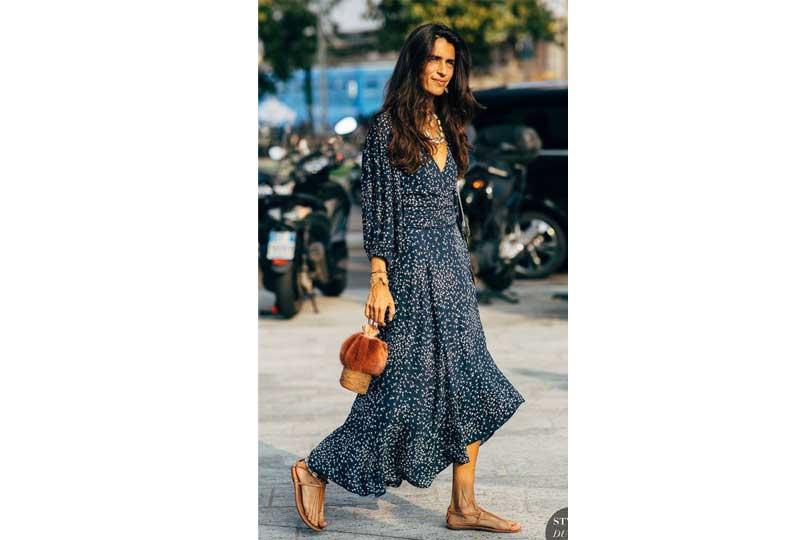 فستان كحلي منقوش بأكمام طويلة