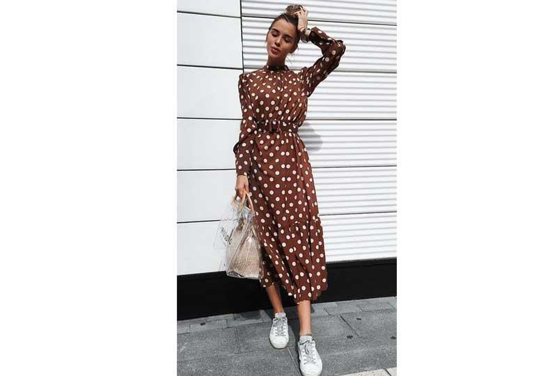 الأحذية الرياضية مع فستان بنقشة البولكا دوتس