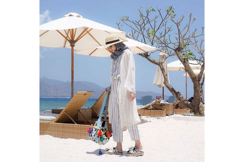 إطلالة مُناسبة للبحر مع الحجاب
