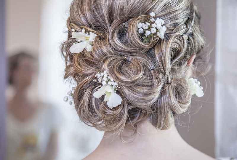 تسريحة شعر باستخدام الزهور الصغيرة
