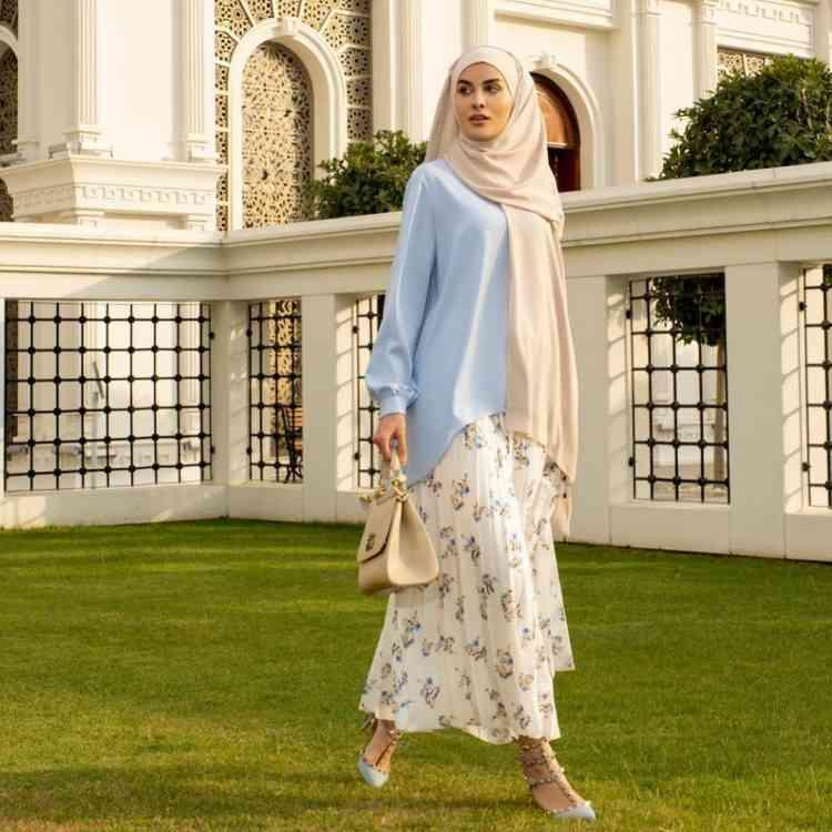 أزياء محجبات تركية بلوزة وتنورة منقوشة