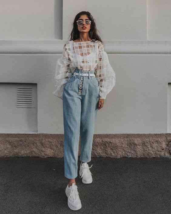 بنطلون واسع جينز مع بلوزة بيضاء