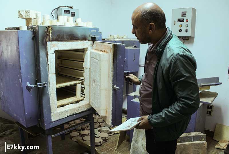 الدكتور عبد الحميد يصنع الفخار