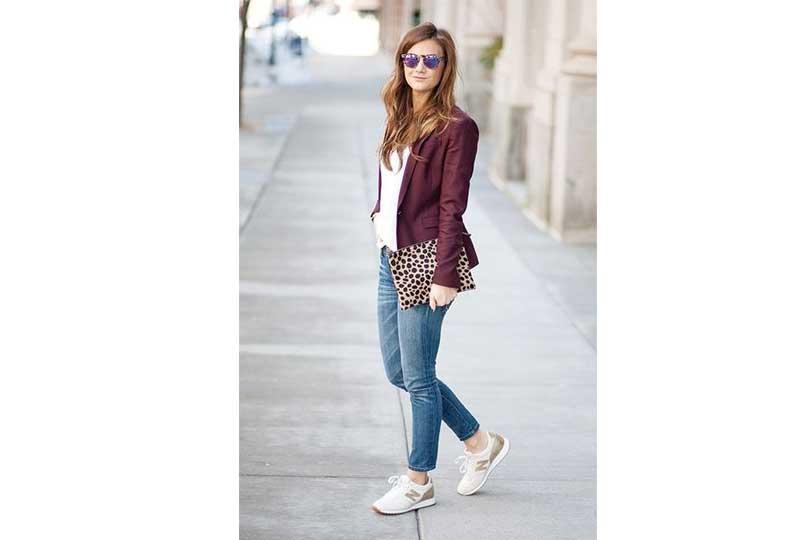 الأحذية الرياضية مع الجينز والبليزر والقميص الأبيض