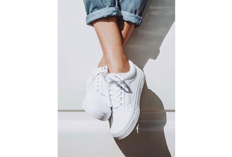 الحذاء الرياضي الأبيض من القطع الأساسية أيضا
